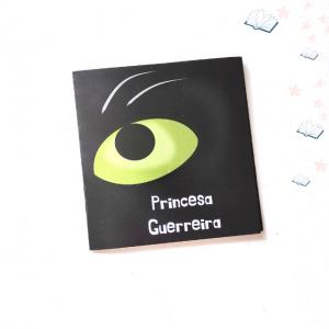 E quando os príncipes encantados não são tão encantados assim?  Este mini-livro conta-nos uma história empoderadora de uma princesa que descobriu que não são precisos príncipes para ter um final feliz.